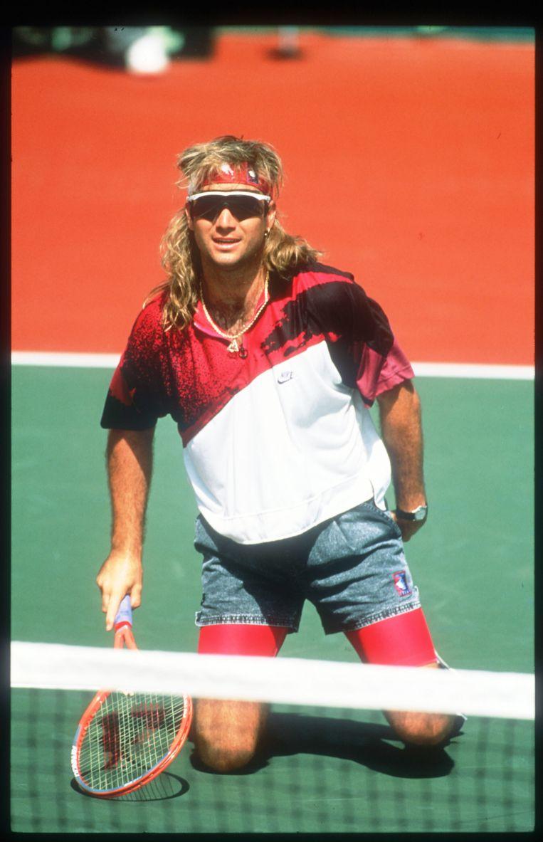 Andre Agassi in spijkerbroekje tijdens een tennistoernooi in 1991.  Beeld Getty Images