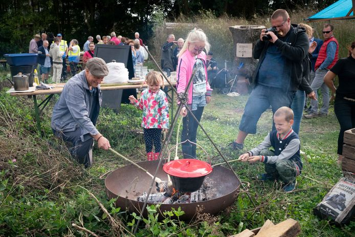Een potje koken in het voedselbos.