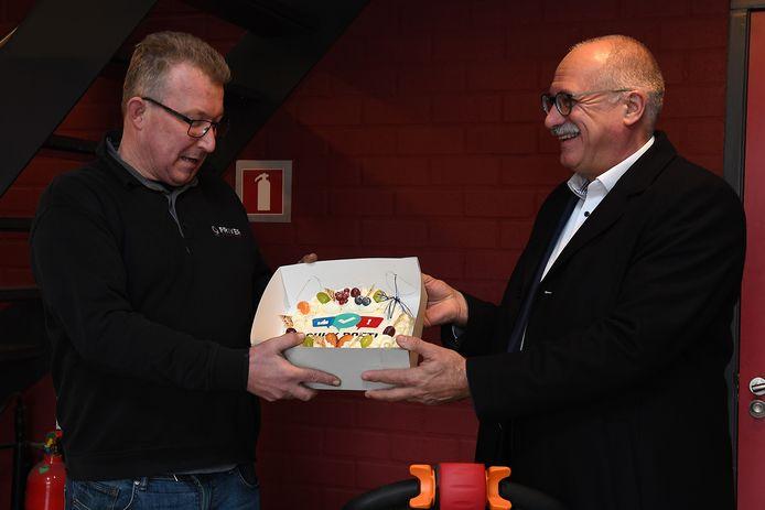 Wethouder Maarten Jilisen van de gemeente Cuijk heeft op de dag van de ondernemer, de leuke taak om gebak te brengen bij een aantal bedrijven. Waaronder Friver. Directeur John Verhoeven nam de taart in ontvangst.
