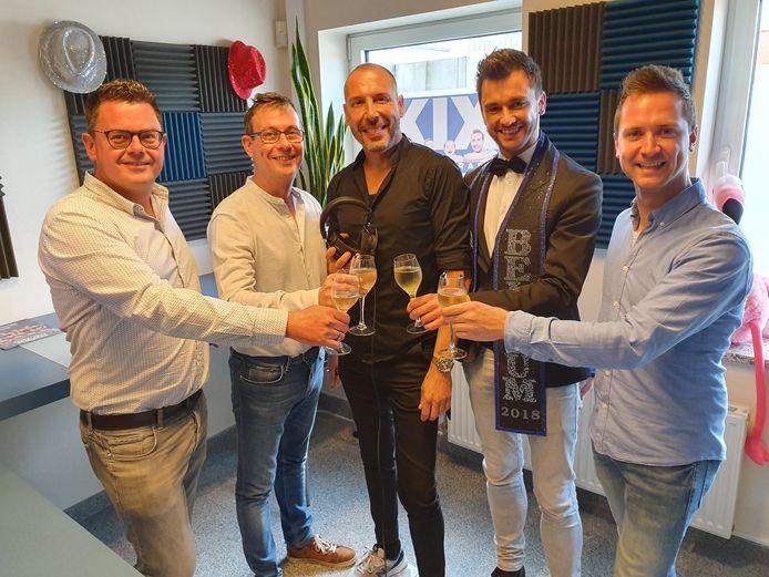 Steven Devliegere, Wim Van Geert, Kurt Willem, Mister Gay Belgium Bart Hesters, en MGB-organisator Bram Bierkens klinken met bubbels in de studio van Radio Kix.