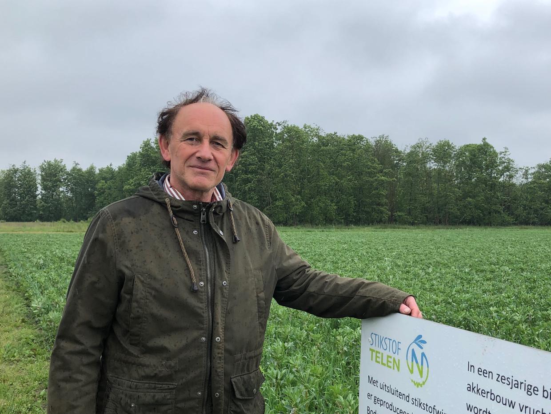 Op dit proefbedrijf in Munnekezijl komen de voedingsstoffen voor de gewassen niet uit dierlijke mest of kunstmest maar uit planten zoals klaver. Dat scheelt veel stikstofuitstoot, aldus onderzoeker Geert-Jan van der Burgt.