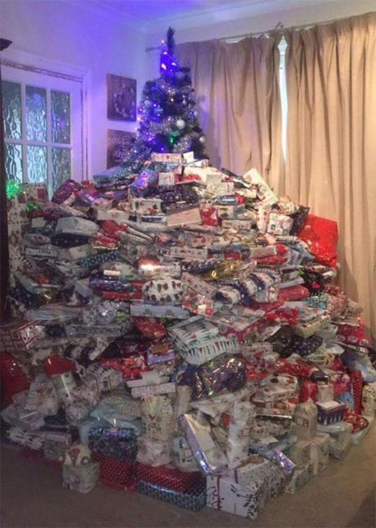 Het topje van Emma's kerstboom, bedolven onder cadeautjes