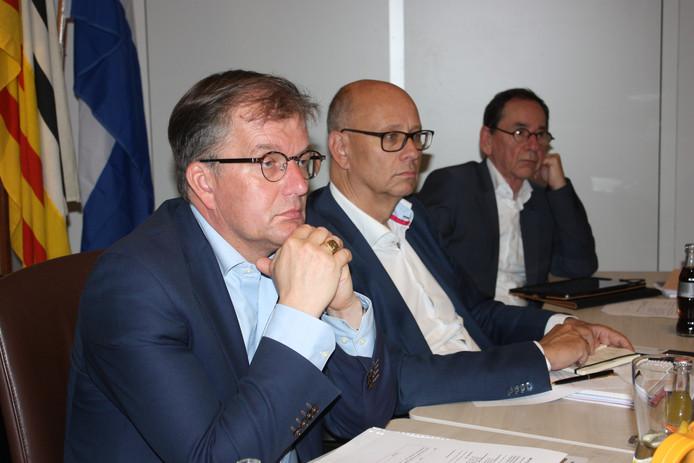 Wethouder Kees Grootswagers (op de voorgrond) heeft alle zaken met financiële impact 'on hold' gezet.