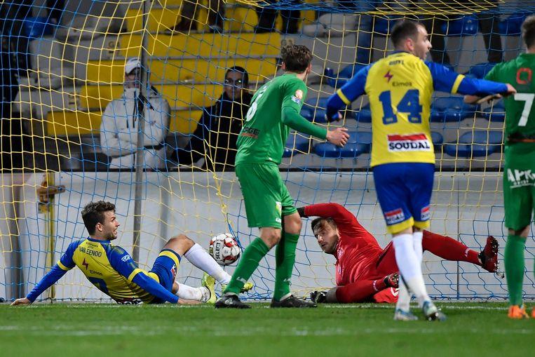 Lukas Van Eenoo schuift de 1-0 in doel.