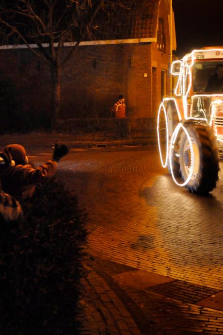 Tractors by night in Drimmelen zó populair dat ze dranghekken nodig hebben