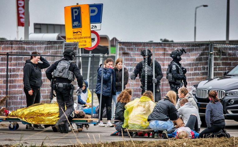 Acteurs en politieagenten woensdag tijden de oefening in Amsterdam. Beeld Raymon Rutting / de Volkskrant