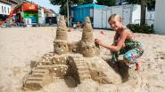 Oki (10) bouwt mooiste zandkasteel op Niel Plage
