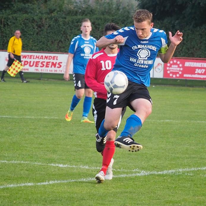Groede-aanvoerder Bart van den Hemel (blauw shirt) was weer belangrijk voor zijn ploeg. Hij scoorde twee keer.