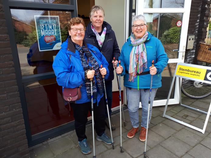 De wandelvriendinnen Janny Kroeze, Riky Steenhagen en Marjo van Loon (vlnr) brengen na de wandeling hun stem uit in het stemlokaal in Zenderen.