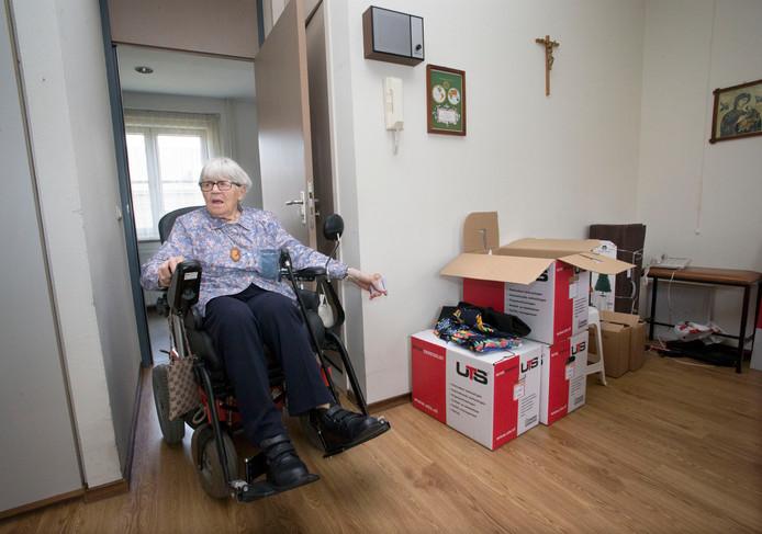 """Ze hecht geen waarde aan veel spullen, wél aan haar houten Sint Jozef-beeld. Zuster Maria (93): ,,Hij zorgt dat alles goed komt."""""""