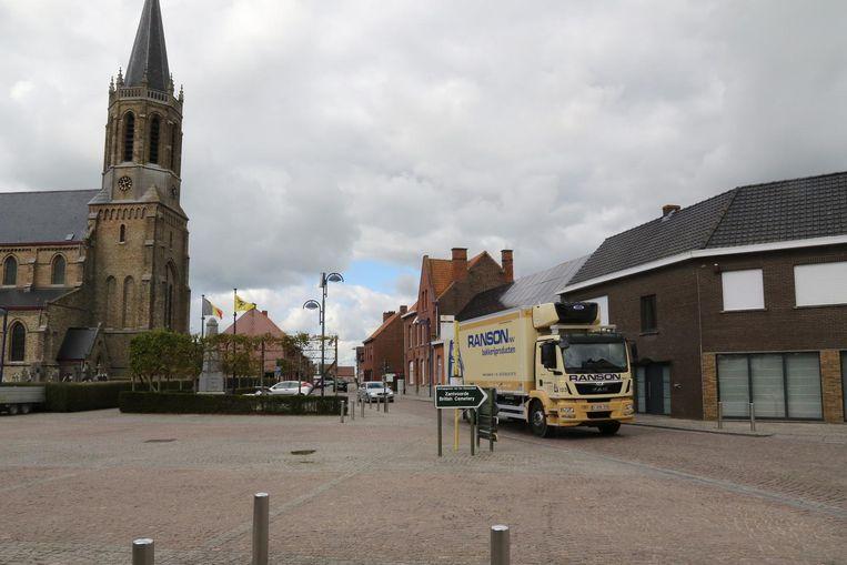 Een truck rijdt door de dorpskern van Zandvoorde.