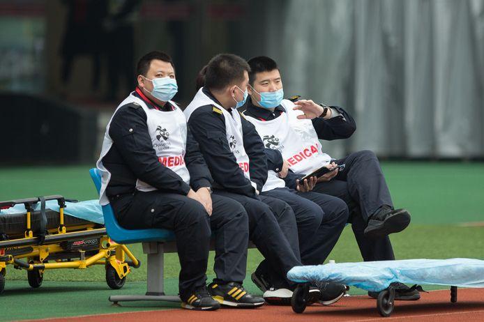 Ook de verzorgers dragen maskers.