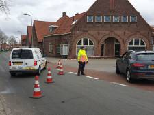 Vrachtwagen lekt olie, Pathmossingel in Enschede afgesloten
