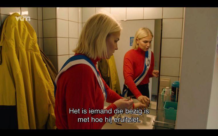 Julie Van den Steen stort zich op de wereld van de intimiteit en seksualiteit. Ze mag elke aflevering in de kasten rommelen van iemand terwijl die niet thuis is.