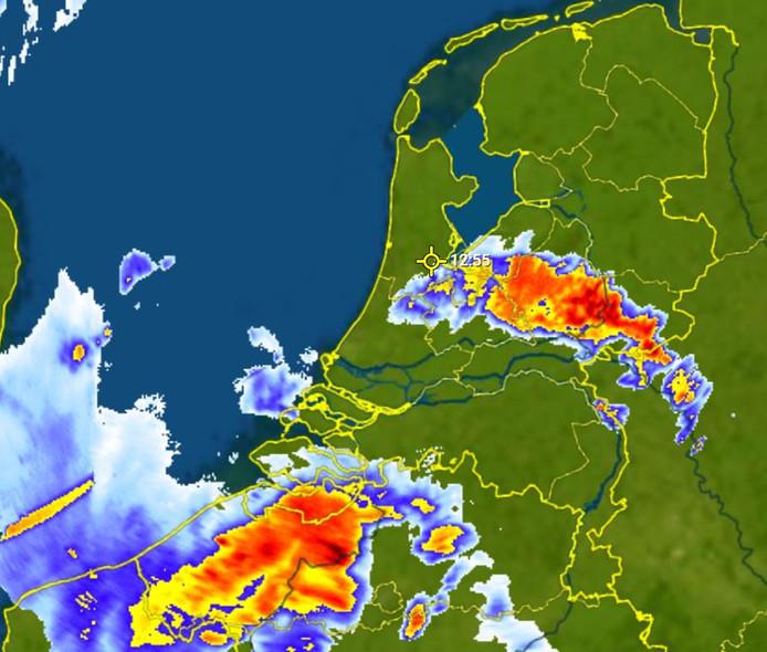 De verwachte weersituatie rond 13.00 uur vandaag. Buien trekken vanuit het zuiden naar het noorden.