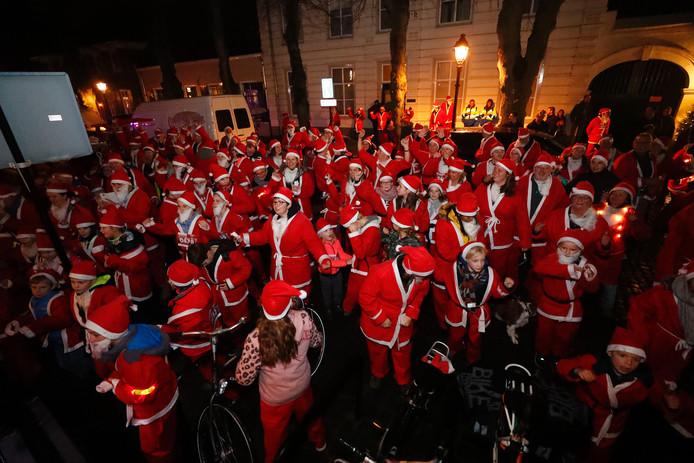 Deelnemers aan de Rotary Santa Walk bij Night.
