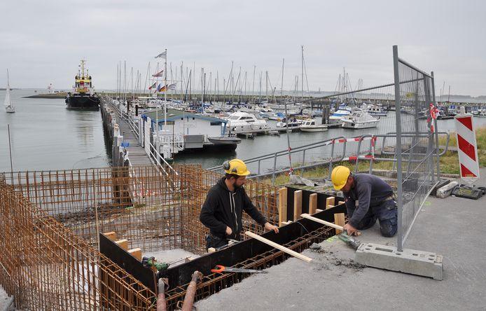 Landhoofd voor nieuwe steiger in oude Veerhaven Terneuzen in aanbouw.