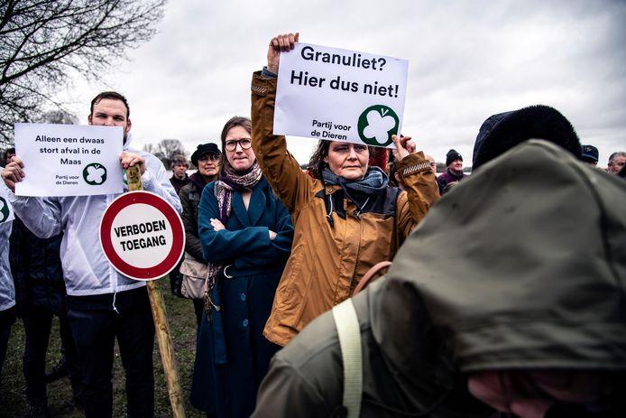 Protest tegen stort van granuliet in Over de Maas.