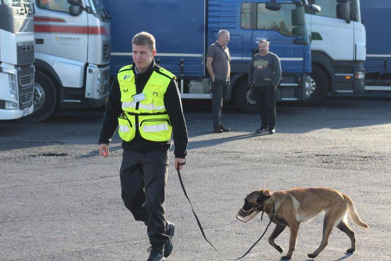 Een medewerker van een privébewakingsfirma op de snelwegparking in Mannekensvere.