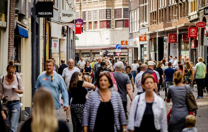 Publiek aan het winkelen in de Grote Houtstraat in Haarlem.