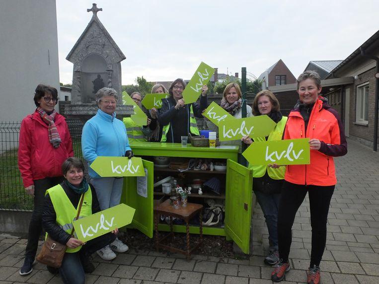 De vrouwen van KVLV Astene bij hun weggeefkast.