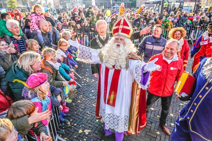 Sinterklaas wordt ook dit jaar welkom geheten op het Rodetorenplein in Zwolle. Niet meer door burgemeester Henk Jan Meijer (achtergrond links), maar door diens opvolger Peter Snijders. Voorzitter Edwin ter Burg van de organiserende stichting (met rode jas) wil er dit jaar weer 'vooral een feest voor de kinderen' van maken. ,,Zoals het ook hoort te zijn.''