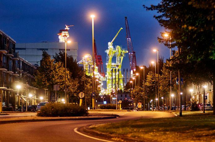 Het bedrijf Huisman, gezien vanuit de woonwijk Schiedam-West, waar omwonenden veel overlast ervaren.
