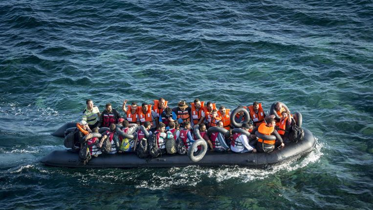 Syrische bootvluchtelingen onderweg naar het Griekse eiland Lesbos in 2015. Beeld anp