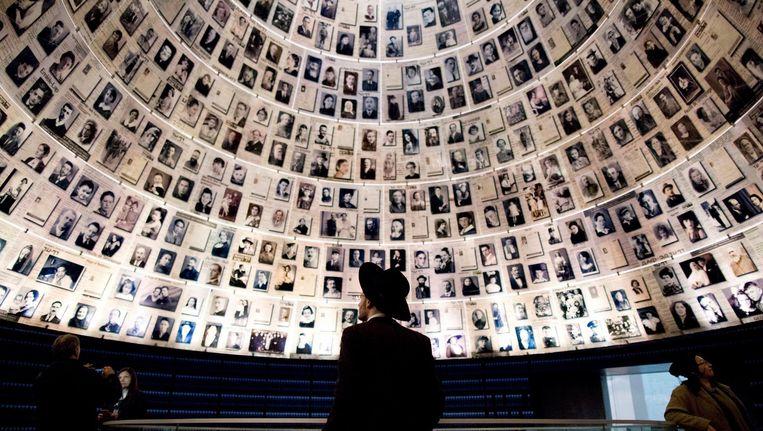 Een ultra-orthodoxe joodse man betreedt het herdenkingsmuseum Yad Vashem in Jeruzalem. Beeld epa