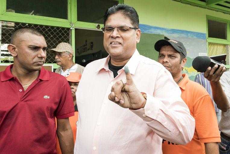 Oppositieleider Chan Santokhi van V7 laat zien dat hij heeft gestemd. De oud-minister van Justitie, bijgenaamd 'de Sheriff',gelooft dat de oppositie minimaal 29 van de 51 parlementszetels zal winnen. Beeld anp