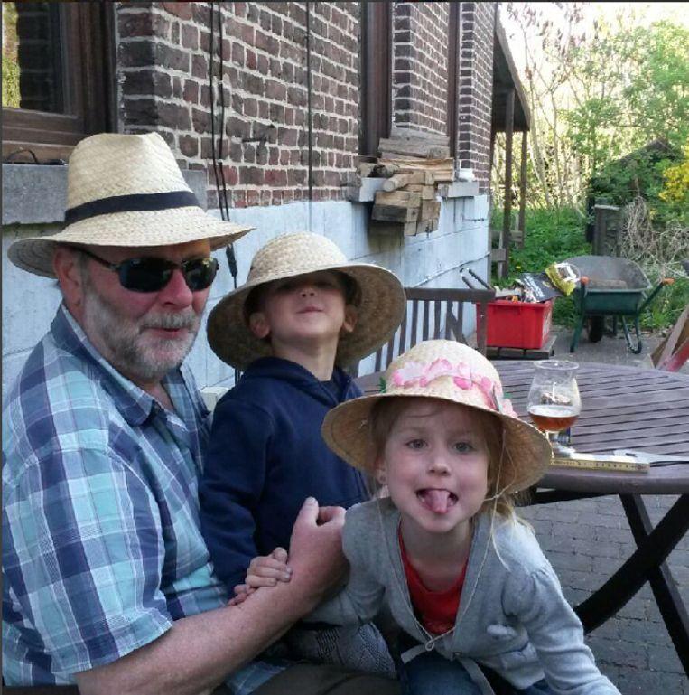 Opa Willy met zijn twee kleinkinderen Sam en Finn.