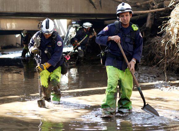 Brandweerlui op zoek naar vermisten sinds de modderstromen van dinsdag.