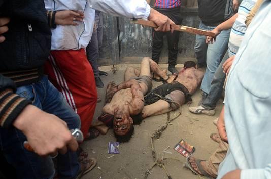 De bebloede stok bewijst hoe zwaar de mannen aangepakt werden.