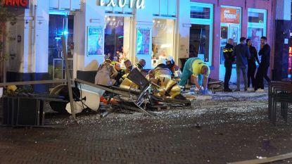 Auto rijdt in op terras in Nederlandse Deventer: minstens vijf gewonden