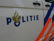 Scheefhangende vrachtwagen blijkt met lekke band onderweg te zijn