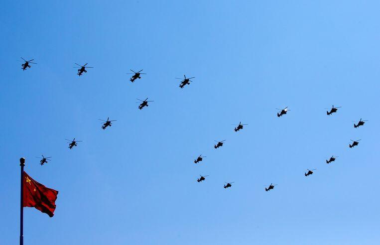 Chinese aanvalshelikopters vormen het getal 70 in de lucht. Het is dit jaar zeventig jaar geleden dat de Tweede Wereldoorlog aan zijn einde kwam. Beeld epa