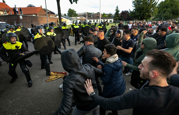 Op 26 mei raakten moslimjongeren slaags met de politie.