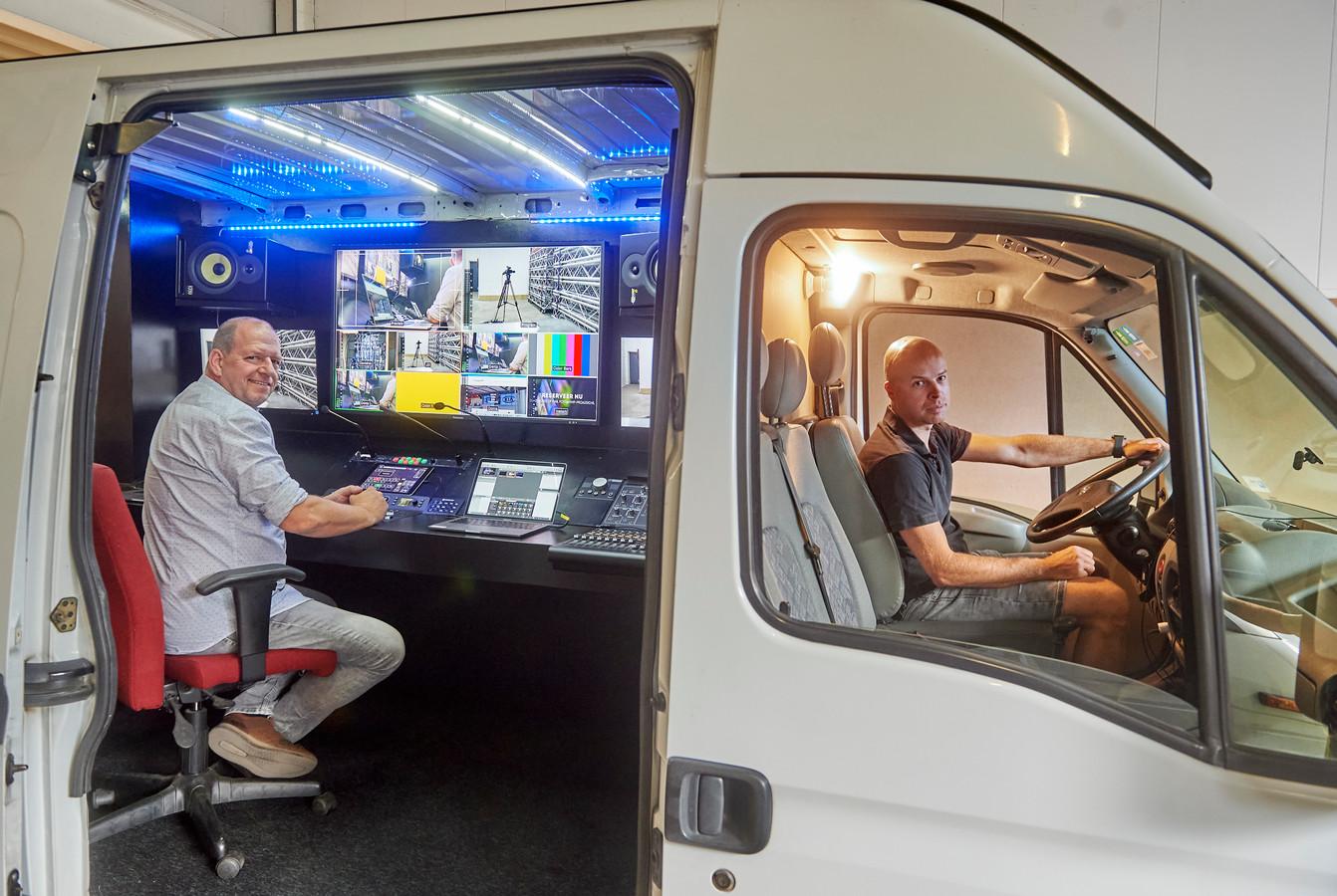 Ad Mulders (l) en Jeffrey van der Loo (r) in de bus die ze lieten voorzien van alle techniek die nodig is voor het livestreamen.