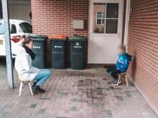 Basisschooljuf Pien uit Hengelo gaat viral met 'stoepbezoek' bij haar leerlingen