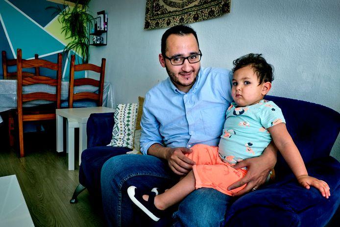 Statushouder Farid Hattab en zijn 2-jarige zoontje in hun woning in Dordrecht.