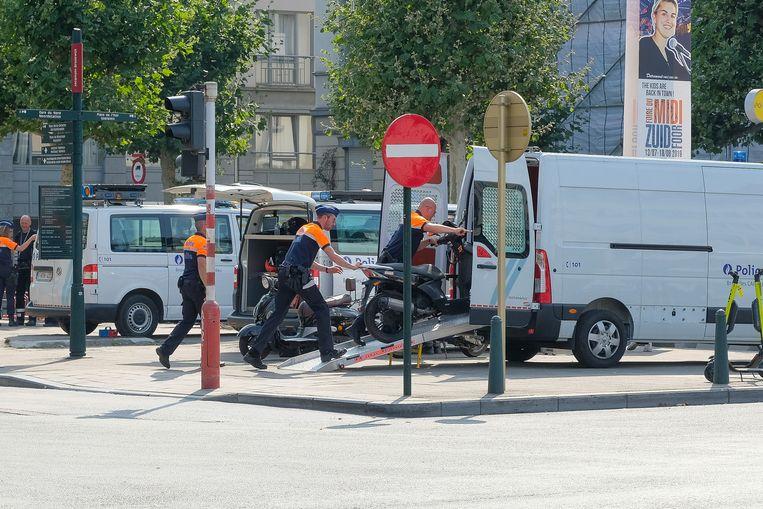 Politie controleert brommers aan de Antwerpsepoort en de Hallepoort. Verschillende scooters werden in beslag genomen.