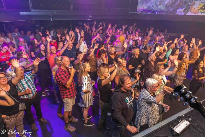 Publiek geniet tijdens het benfietconcert in De Pul voor Ruben van de Laar.