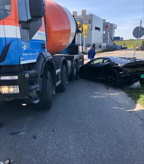Cementwagen rijdt over gloednieuwe Lamborghini: 'Het is nogal shit'
