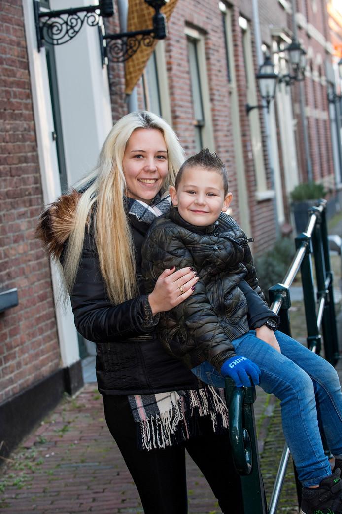 Saskia Reuvers met haar zoon Johnny in Buren.