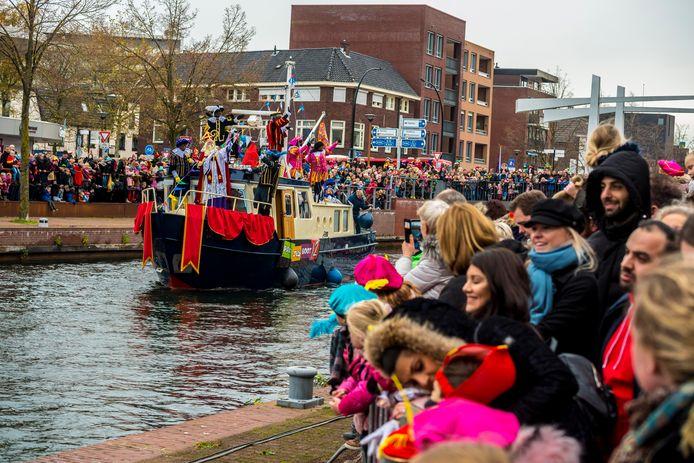 Sinterklaas arriveert met zijn pakjesboot in Almelo.