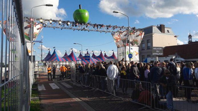 Publiek in de rij bij Appelpop in Tiel.