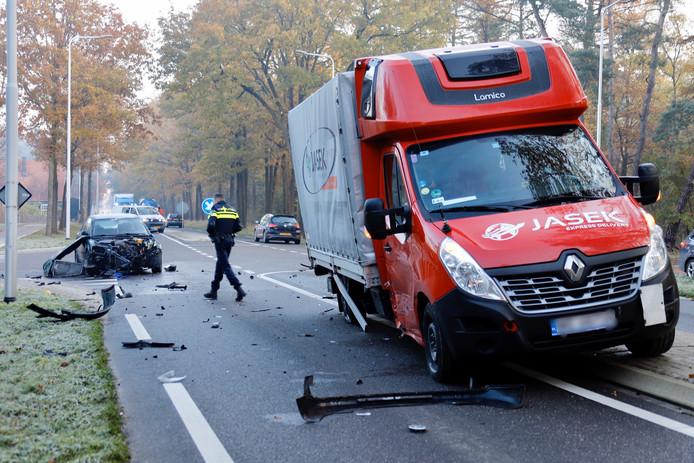 Op de kruising van de Tweede Stichting en de N272 in Oploo zijn een auto en een bakwagen met elkaar in botsing gekomen.