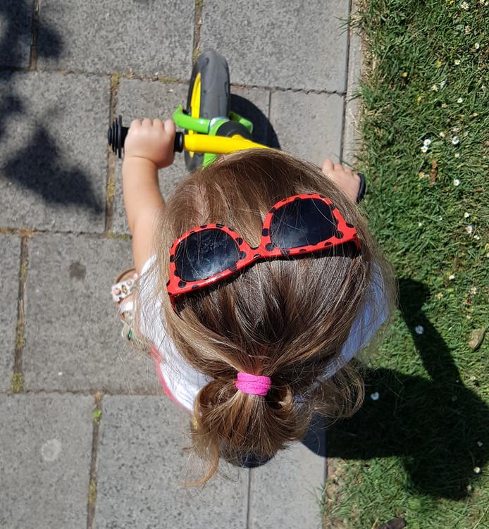 3-jarige kleindochter van deze fotografe weet al heel goed hoe belangrijk het is om je goed in te smeren en een zonnebril te dragen. Nu moet 'ie nog op de neus.