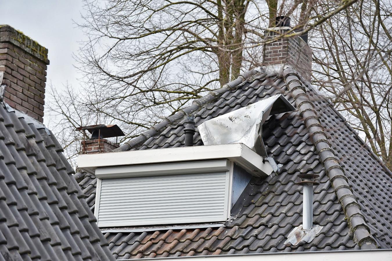 Dak waait van dakkapel af in de Kerkstraat in Oisterwijk.