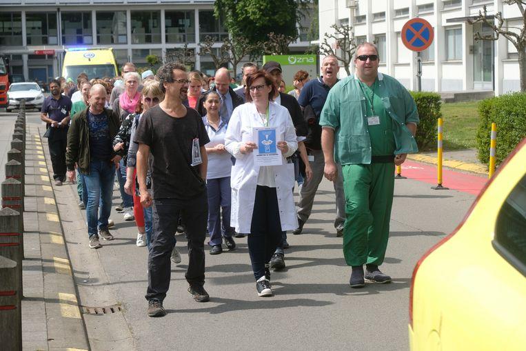 Begeleid door ambulancewagens ondernamen boze personeelsleden een optocht langs de site van het ziekenhuis en de Floraliënlaan.